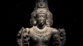 Estatua religiosa antigua con el polvo que flota alrededor almacen de metraje de vídeo