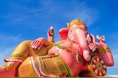 Estatua rosada del ganesha en la acción de relajación Fotos de archivo libres de regalías