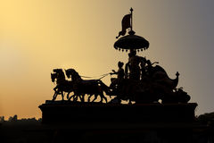 Estatua silueteada contra puesta del sol Imagen de archivo libre de regalías