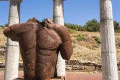Estatua sin cabeza metálica en la ciudad del griego clásico de Messinia, Grecia fotografía de archivo libre de regalías