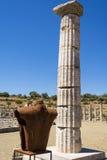 Estatua sin cabeza metálica en la ciudad del griego clásico de Messinia, Grecia fotos de archivo