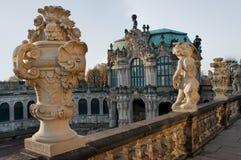Estatua sobre el museo de Zwinger en Dresden Fotografía de archivo