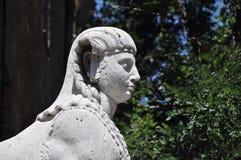Estatua solitaria en el parque Imagen de archivo libre de regalías