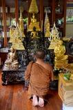 Estatua tailandesa de Buda de la rogación y del respecto del monje en Wat Amphawan Foto de archivo libre de regalías