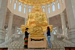 Estatua tailandesa del monje con los peaples tailandeses imagen de archivo