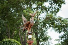 Estatua tailandesa del pájaro en fondo verde imagen de archivo