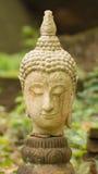 Estatua vieja de Buda de la cabeza en Wat Umong, Chiang Mai Thailand imagenes de archivo