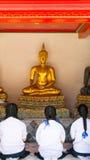 Estatua vieja de Buda del respecto tailandés de la muchacha Imagen de archivo libre de regalías