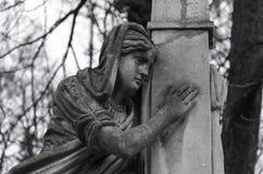 Estatua vieja del ángel en el cementerio Foto de archivo