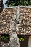 Estatua vieja del Naga en templo tailandés Foto de archivo libre de regalías