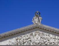 Estatua vieja encima del edificio Imagen de archivo libre de regalías