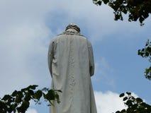Estatua vista de detrás de Leonardo da Vinci milano Italia fotos de archivo