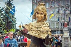 Estatua viva contra la perspectiva de la gente y de banderas de la unión europea imagen de archivo