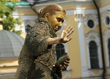 Estatua viva de la actriz de la calle en la imagen de una mujer mayor codiciosa de la novela famosa por el ` de Fyodor Dostoevsky imágenes de archivo libres de regalías