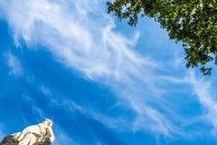 Estatua y árbol en Barcelona Fotos de archivo libres de regalías