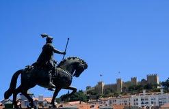 Estatua y castillo, Lisboa, Portugal Fotografía de archivo libre de regalías
