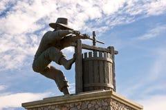 Estatua y cielo de la prensa de vino de Napa Valley Imagen de archivo libre de regalías