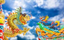 Estatua y cielo del dragón del estilo chino Foto de archivo libre de regalías