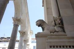 Estatua y columnas griegas Fotografía de archivo libre de regalías
