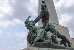 Estatua y dragón de San Jorge Fotos de archivo