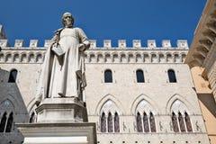 Estatua y edificio antiguo en Siena, Italia Imágenes de archivo libres de regalías