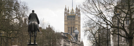 Estatua y el parlamento que construyen Westminster Londres Imágenes de archivo libres de regalías