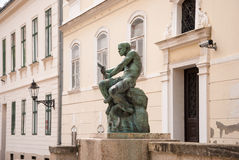 Estatua y fuente de With Snake del cuadrado y del pescador de Jezuitski cerca imagen de archivo
