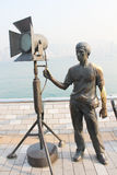 Estatua y horizonte en la avenida de estrellas, Hong Kong Foto de archivo