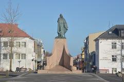 Estatua y hotel de Leifur Eiricksson Imagen de archivo