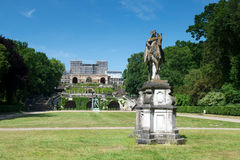 Estatua y jardín delante del palacio del naranjal imágenes de archivo libres de regalías