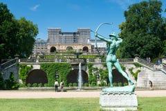 Estatua y jardín delante del palacio del naranjal fotografía de archivo