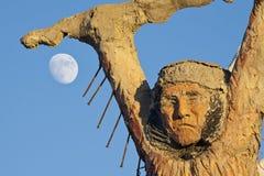 Estatua y luna de la montaña del trueno imagen de archivo
