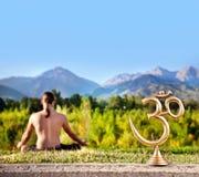 Estatua y meditación de OM Imagen de archivo libre de regalías