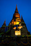 Estatua y pagoda viejas de buddha en crepúsculo Fotos de archivo