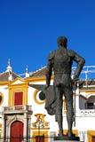 Estatua y plaza de toros, Sevilla, España de Matador. Imagen de archivo