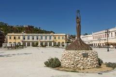 Estatua y plaza principal de las ilustraciones en la isla de Zakynthos, mar jónico, imagen de archivo libre de regalías