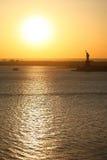 Estatua y puesta del sol de la libertad Imagen de archivo