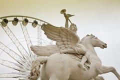 Estatua y rueda de ferris, París Imagen de archivo libre de regalías
