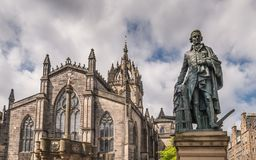 Estatua y santo Gilles Cathedral, Edimburgo, Scotlan de Adam Smith imagenes de archivo