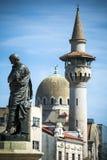 Estatua y señales de Constanta en la ciudad rumana del Mar Negro Foto de archivo