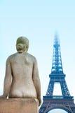 Estatua y torre Eiffel de la mujer Imagen de archivo libre de regalías