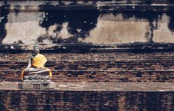 Estatuas antiguas de Buda colocadas en las paredes de ladrillo en templos tailandeses imagenes de archivo