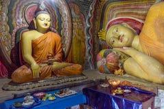 Estatuas antiguas de Buda en el templo budista imagen de archivo