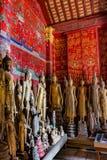 Estatuas antiguas de Buda en Wat Xieng Thong, Luang Prabang, Laos imagenes de archivo