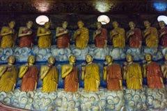 Estatuas antiguas de monjes permanentes en el templo budista imágenes de archivo libres de regalías