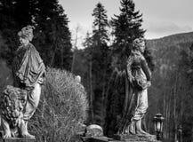 Estatuas antiguas en blanco y negro imagen de archivo