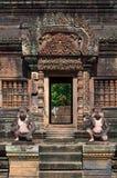 Estatuas antiguas en el templo de Banteay Srei Foto de archivo libre de regalías