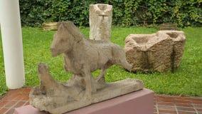 Estatuas antiguas que se colocan en el museo del aire abierto, herencia arqueológica en Zagreb metrajes
