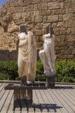 Estatuas antiguas y artefactos marinos en el puerto de Caesarea Natio Fotografía de archivo