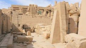 Estatuas arruinadas en el templo almacen de metraje de vídeo